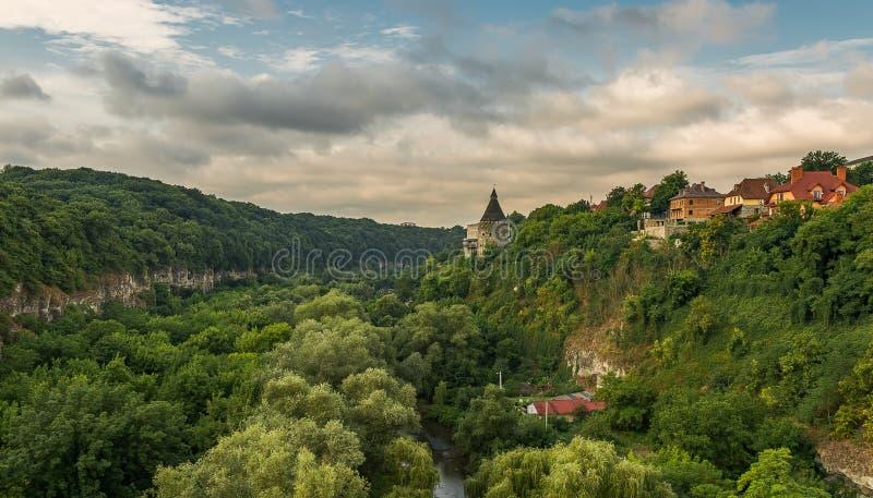 En watchtower ovanför kanjonen av den Smotrych floden i Kamianets-Podilskyi, västra Ukraina arkivbilder