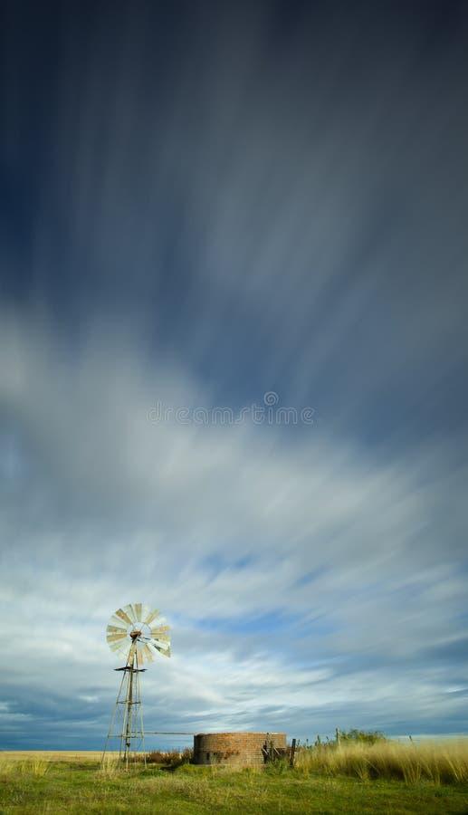 Windmill under den molniga skyen fotografering för bildbyråer