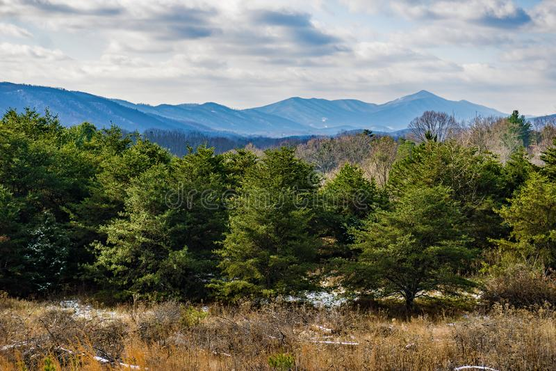 En Winter's sikt av den blåa Ridge Mountains arkivbild