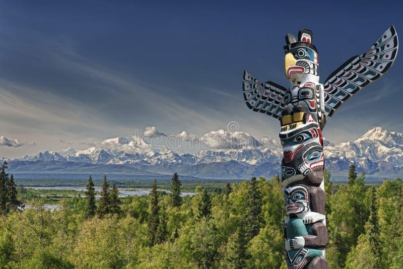 En wood pol för totem i bergbakgrund royaltyfria bilder