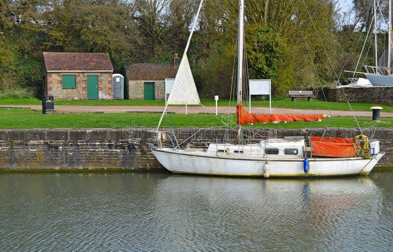 En yacht i en bygdinställning royaltyfri foto