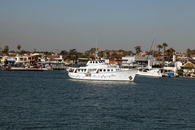 En yacht på den Newport stranden royaltyfri bild