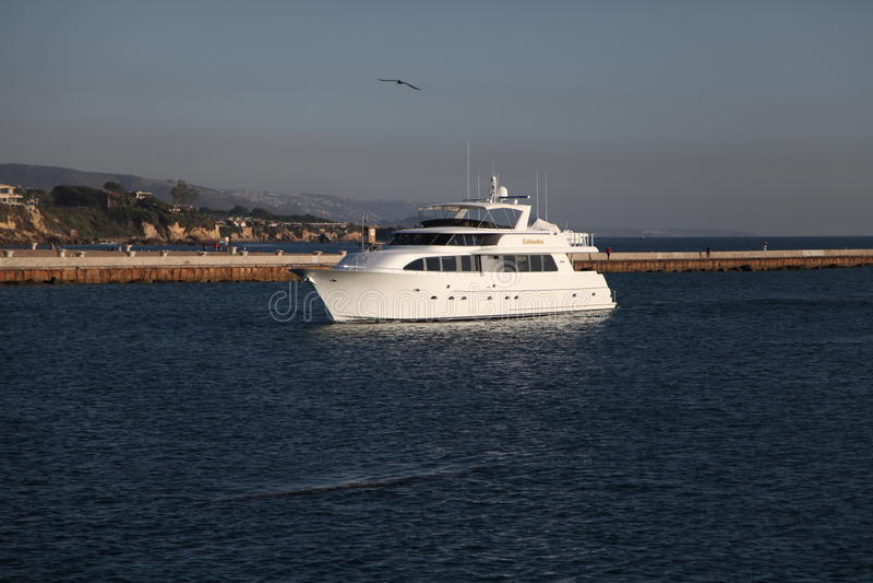En yacht på den Newport stranden arkivbilder