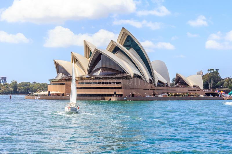 En yacht seglar förbi operahuset arkivfoto