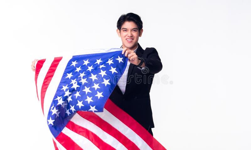 En yrkesm?ssig aff?rsman vinkar den amerikanUSA flaggan p? den vita bakgrunden arkivbilder