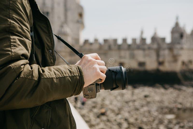 En yrkesmässig fotograf eller manliga turist- photographes för barn sikten i Lissabon i Portugal Rymmer en kamera _ arkivbilder