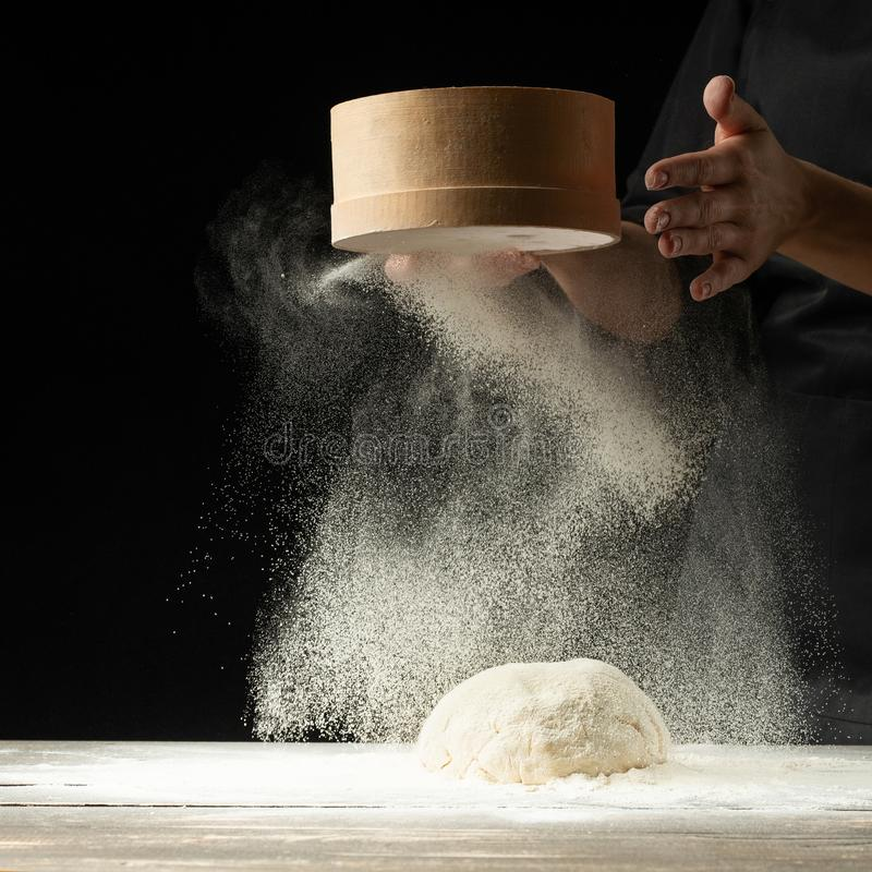 En yrkesmässig kock i ett yrkesmässigt kök förbereder mjöldeg för att göra bio-italienare pasta begreppet av naturen, Italien, ma royaltyfria bilder