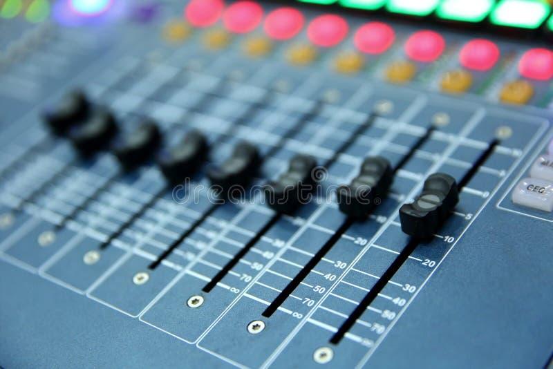 En yrkesmässig musikkonsol kallade en ljudsignal blandare van vid offentliggör konserter och andra musikhändelser royaltyfri fotografi