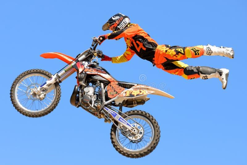 En yrkesmässig ryttare på konkurrensen för FMX (fristilmotocross) på extrema sportar Barcelona för LKXA arkivfoto