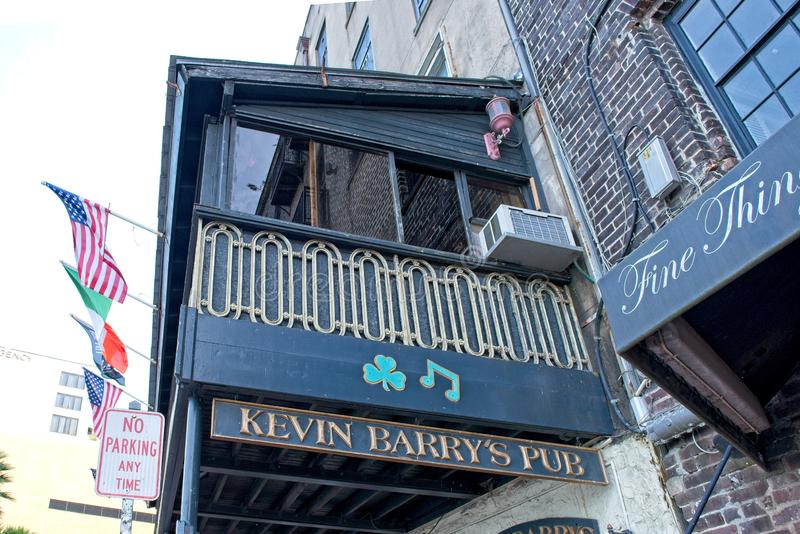 En yttre sikt av Kevins Barrys bar i den historiska savannahen, Georgia, USA arkivbilder