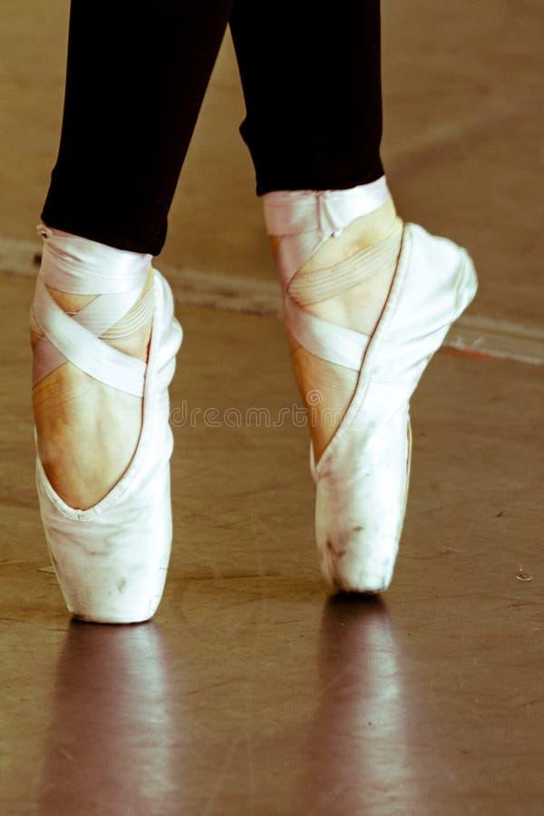En zapatos rosados de puntillas fotos de archivo