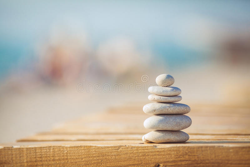 En zen stenar bakgrundsvit och svart fotografering för bildbyråer