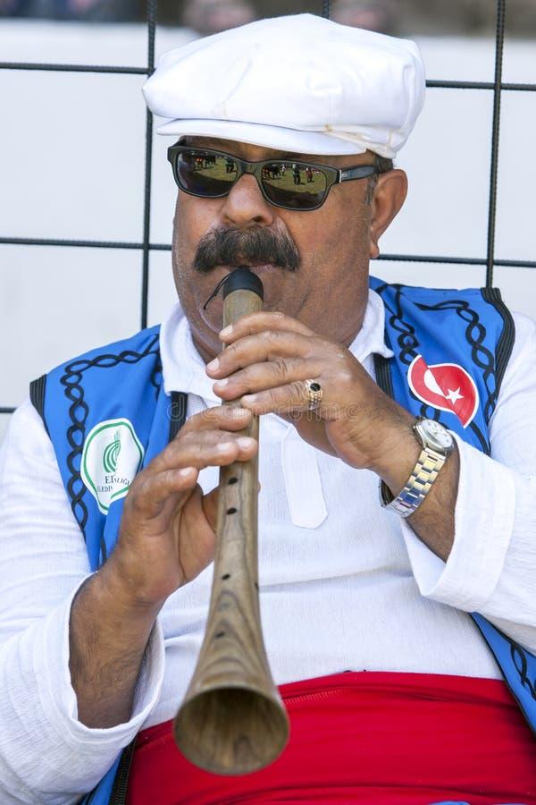 En zigensk flöjtspelare utför på festivalen för brottningen för Kirkpinar turkolja i Edirne i Turkiet arkivfoton