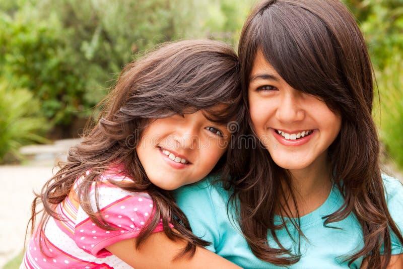En zusters die samen lachen spelen royalty-vrije stock fotografie