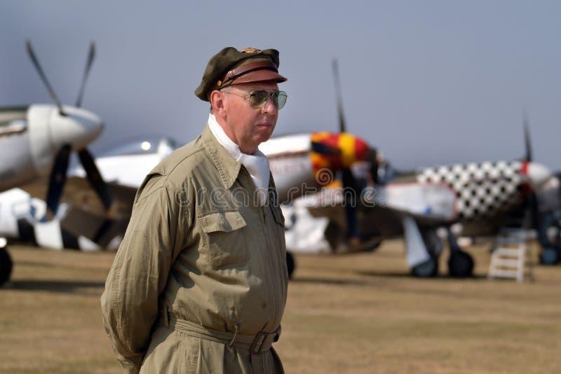 Enactor s'est habillé dans le costume de l'époque pour équiper des avions à l'arrière-plan images stock