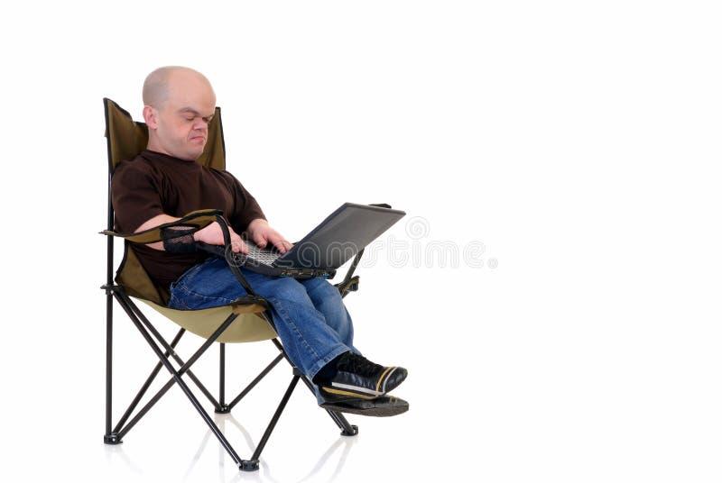 Enano, pequeño hombre en la computadora portátil fotografía de archivo libre de regalías