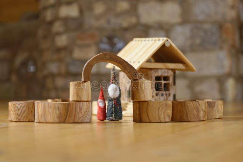 Enanos en la casa de madera fotografía de archivo libre de regalías