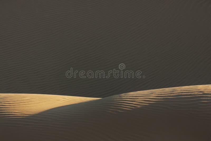 Enarene el modelo con las sombras profundas en el desierto del Sáhara. fotos de archivo libres de regalías