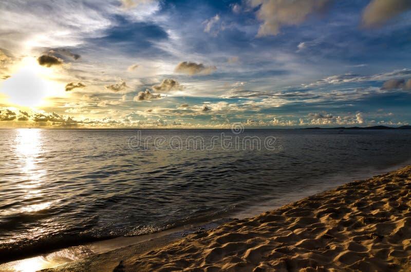 Enarene la playa en la puesta del sol en Phu Quoc, Vietnam imagenes de archivo