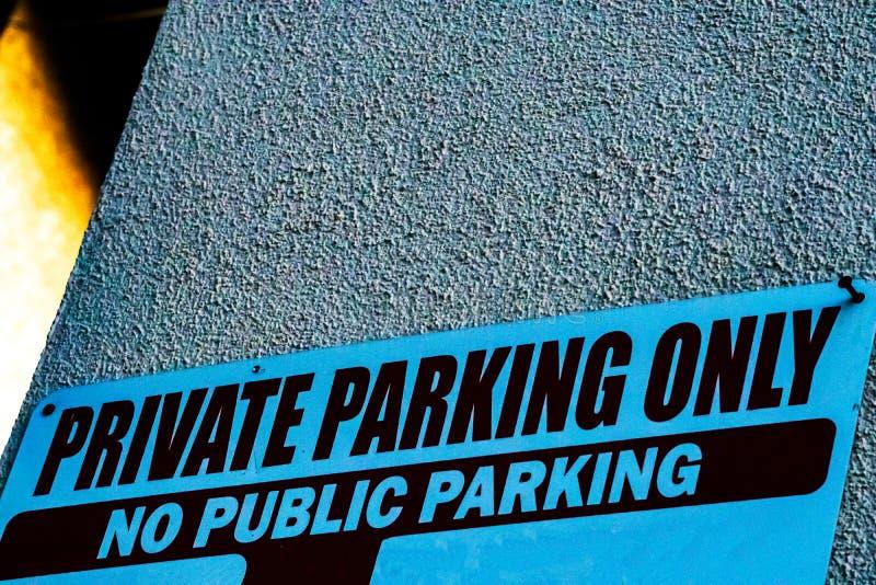 Enbart privat parkeringstecken i blått och svart ingen offentlig parkering arkivfoton