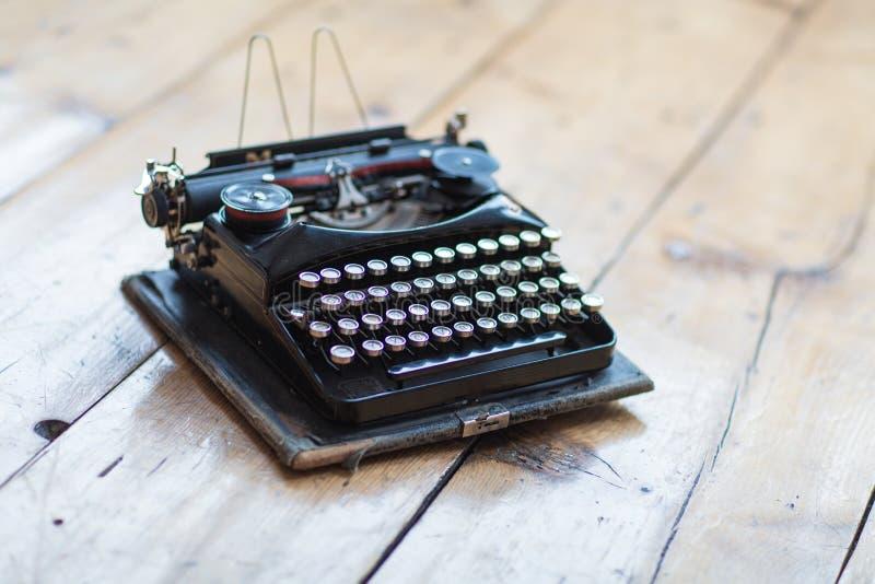 Encabeçamento do herói da máquina de escrever do vintage na mesa imagem de stock