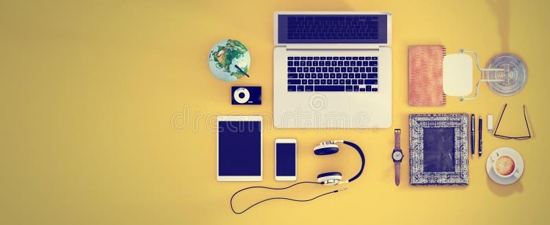Encabeçamento do herói da mesa de escritório da vista superior para o webdesign responsivo Lette foto de stock royalty free