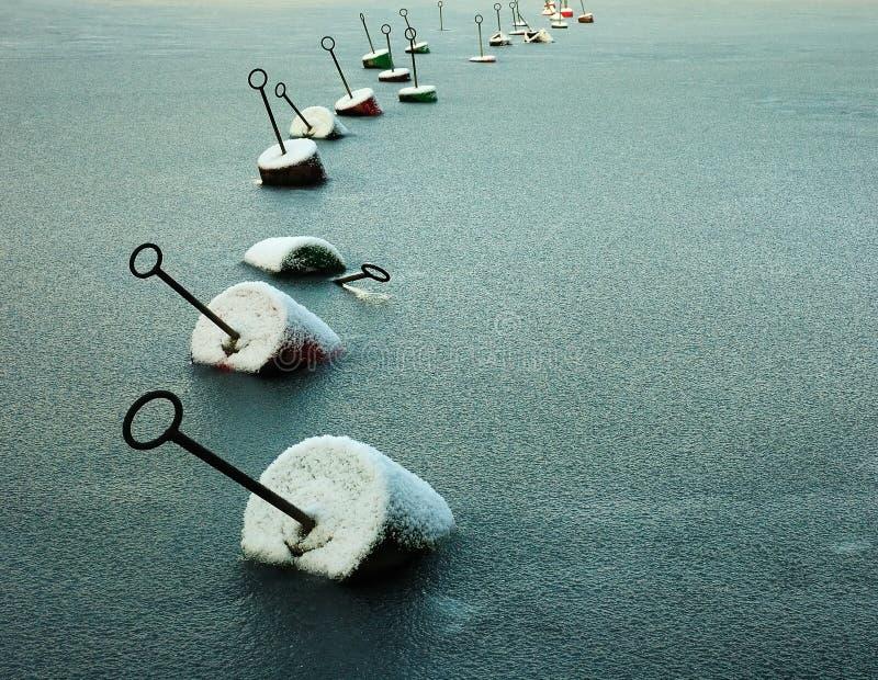 Encadenamiento de boyas en el mar congelado fotografía de archivo libre de regalías