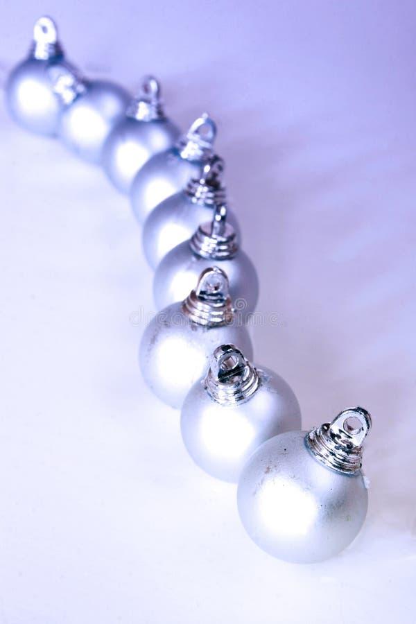 Encadenamiento de las bolas de plata de los chrismas fotografía de archivo
