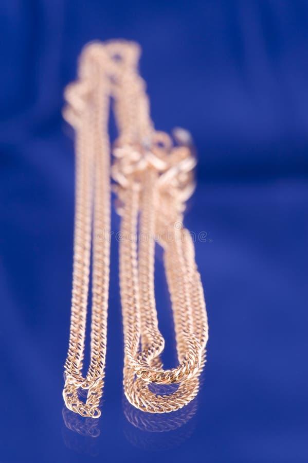 Download Encadenamiento De Oro En Azul Foto de archivo - Imagen de tracery, baratija: 7286138