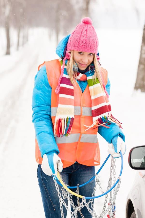 Encadenamientos de neumático de los problemas del coche del invierno de la mujer imagen de archivo libre de regalías