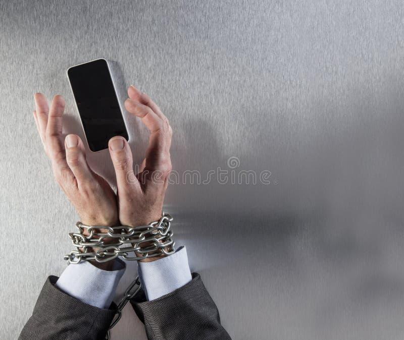 Encadene las manos atadas del hombre de negocios que asen el teléfono de la comunicación corporativa imagenes de archivo