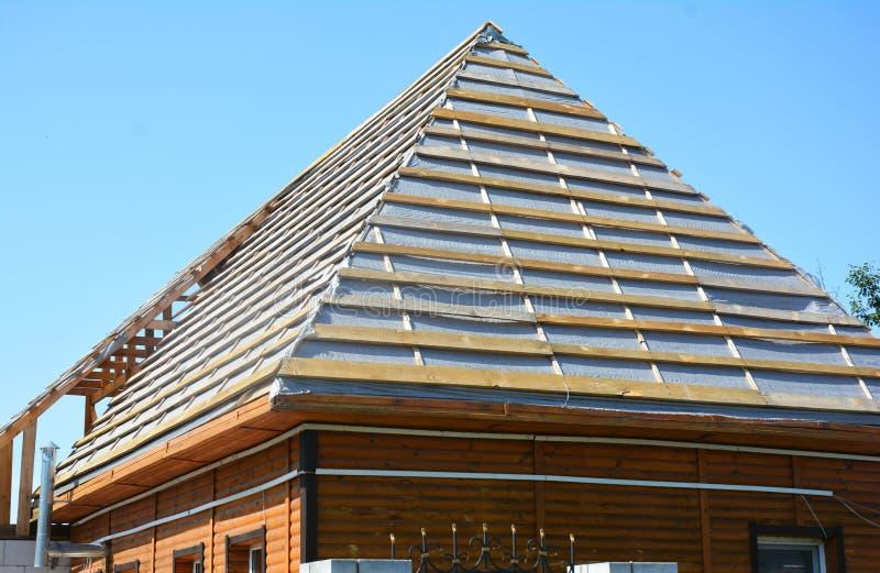 Encadrement à la maison de imperméabilisation de construction en bois de bâches de membrane de toit avec des combles de toit image libre de droits