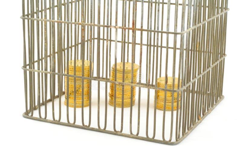 Encaisser - pièces de monnaie dans la cage sur le blanc image libre de droits