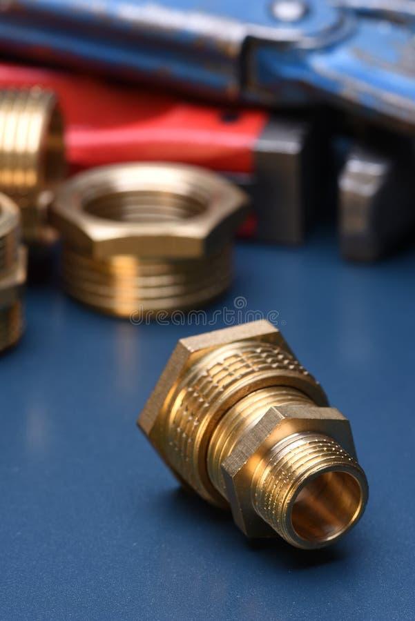 Encaixes e chave de bronze fotos de stock