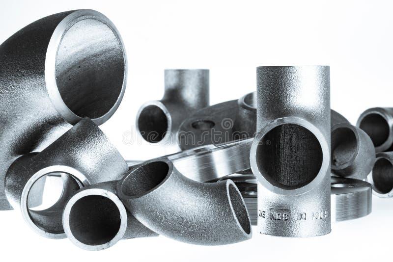 Encaixes e conectores da soldadura de aço Cotovelo, flanges e T imagem de stock