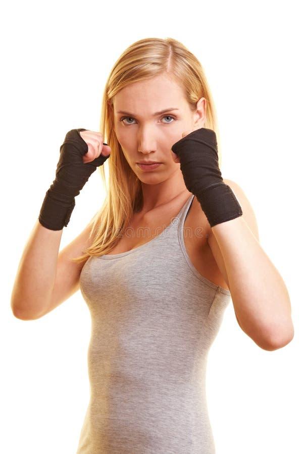 Encaixotamento da mulher com atadura da mão fotos de stock
