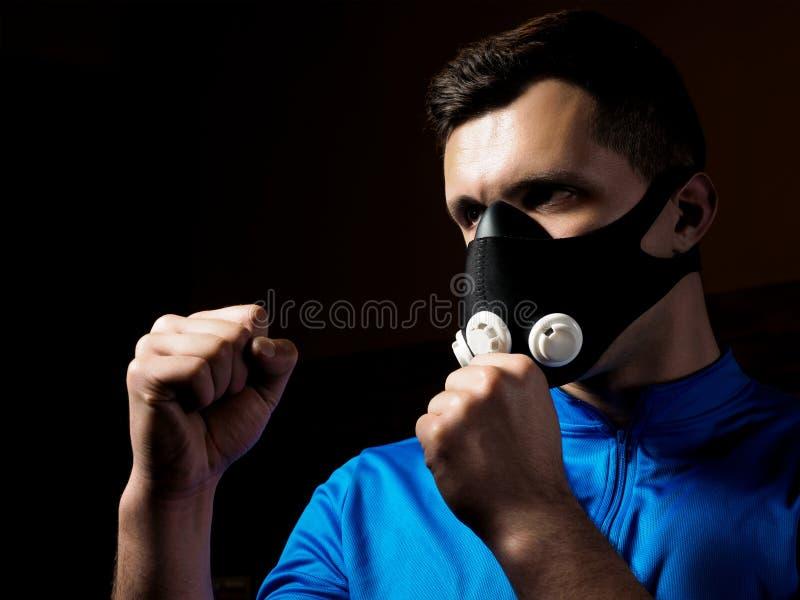 Encaixotamento do homem na máscara do treinamento fotos de stock