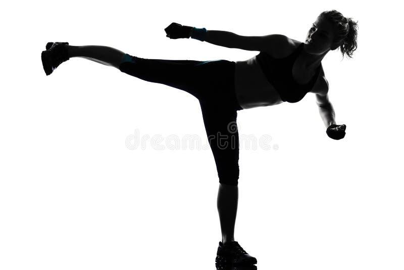 Encaixotamento kickboxing do pugilista da postura da mulher imagens de stock