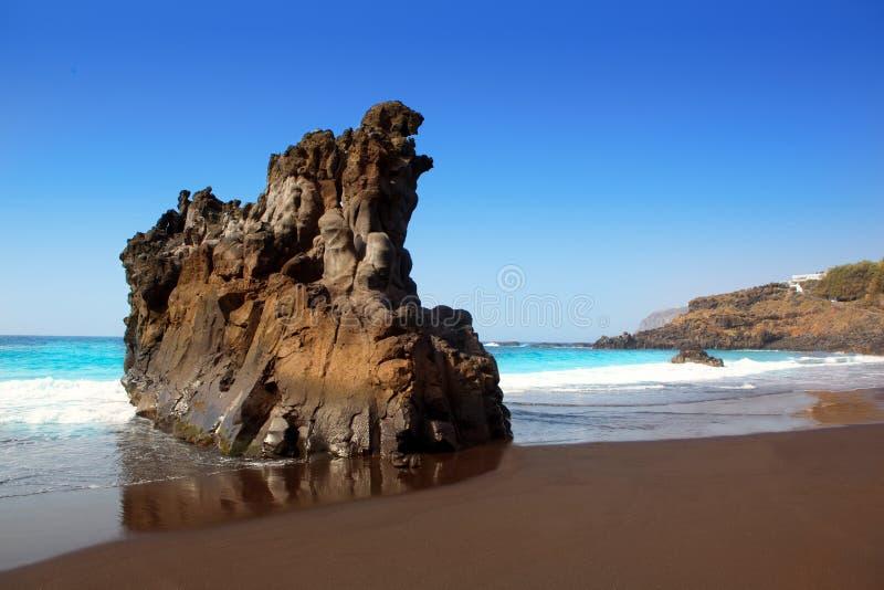 Encalhe a areia do EL Bollullo e a água marrons pretas do aqua imagem de stock