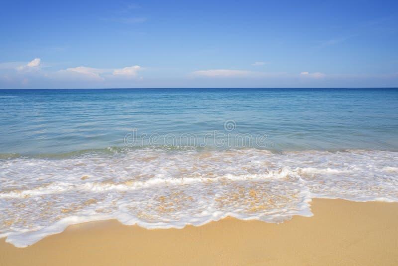 Encalhe a areia e o mar azul no c?u azul fotografia de stock royalty free