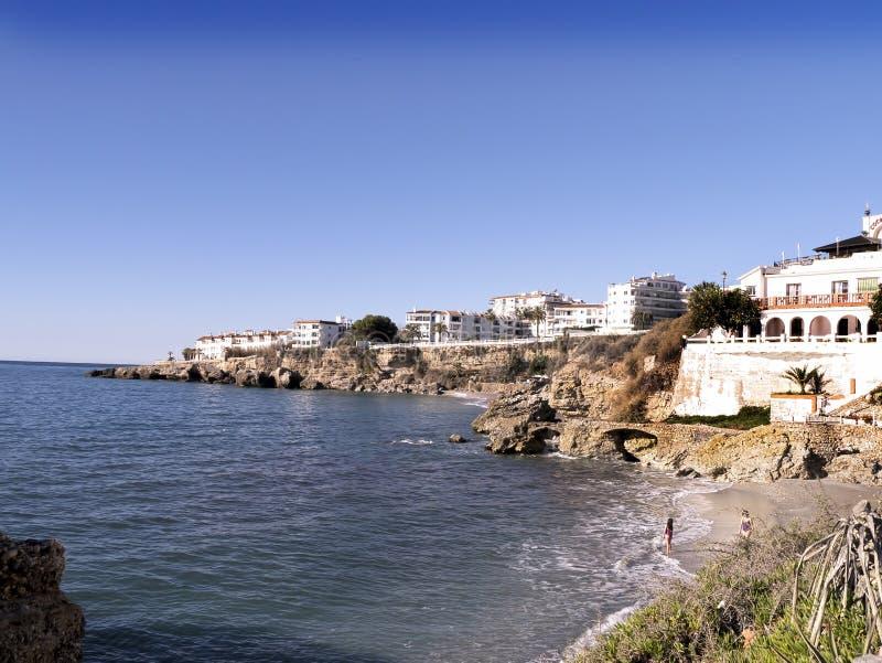 Encalhe as cenas em Nerja, um recurso em Costa Del Sol perto de Malaga, Andalucia, Espanha, Europa imagem de stock