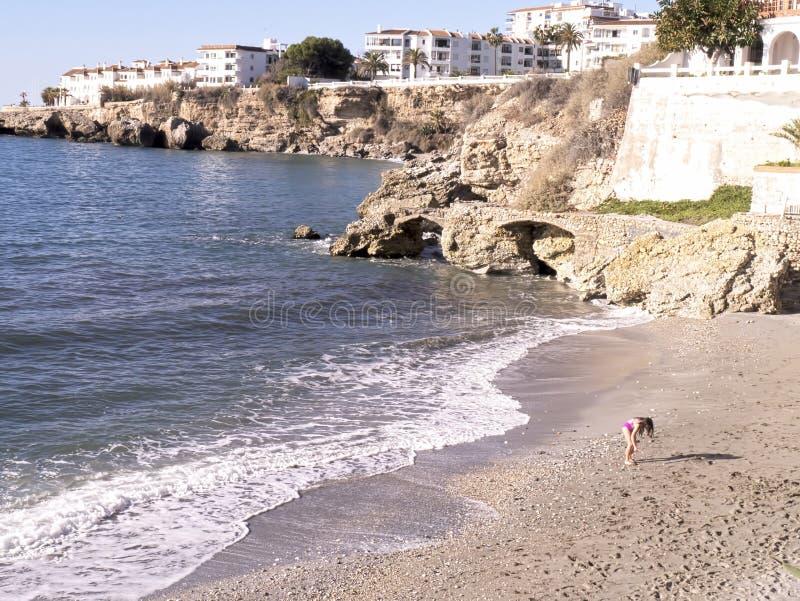 Encalhe as cenas em Nerja, um recurso em Costa Del Sol perto de Malaga, Andalucia, Espanha, Europa fotografia de stock