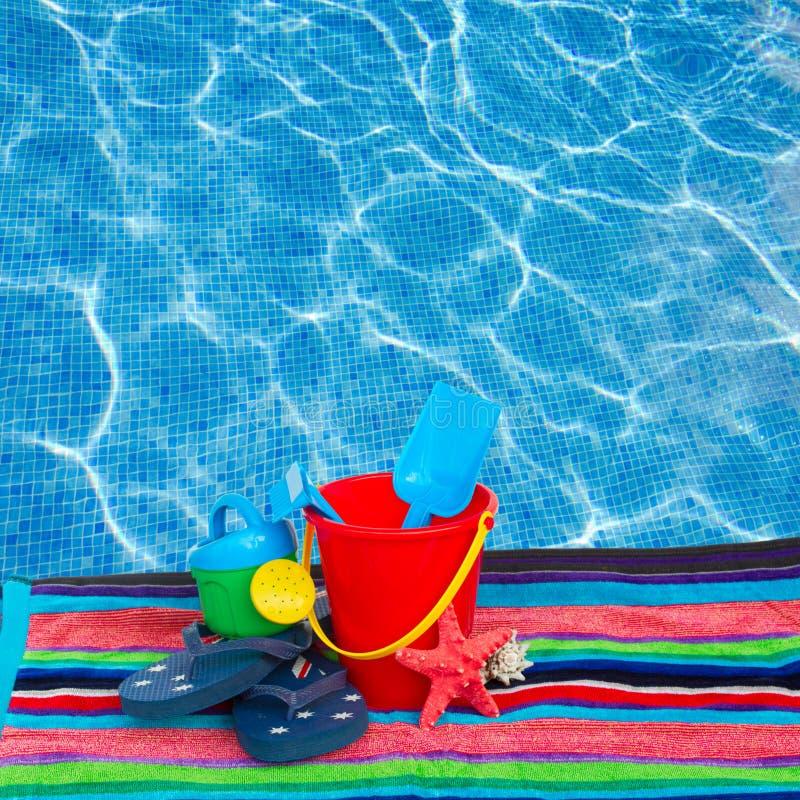 Encalhe brinquedos com falhanços de aleta e estrela do mar na toalha imagem de stock royalty free