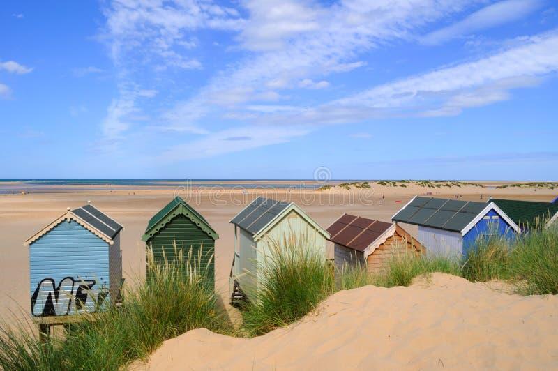 Encalhe cabanas na praia fotografia de stock royalty free
