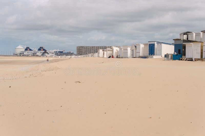 Encalhe cabines na areia no verão fotos de stock royalty free