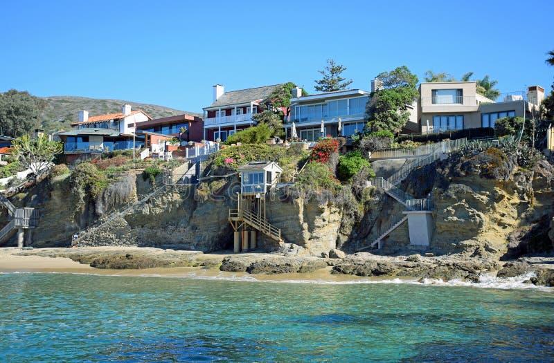 Encalhe casas dianteiras em Crescent Bay, Laguna Beach norte, Califórnia foto de stock