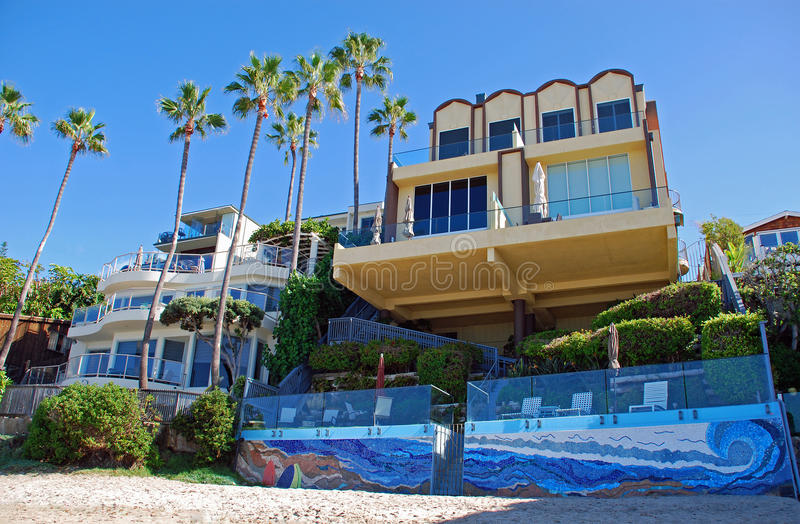 Encalhe casas dianteiras perto da praia de Anns de Saint, Laguna Beach, Califórnia foto de stock