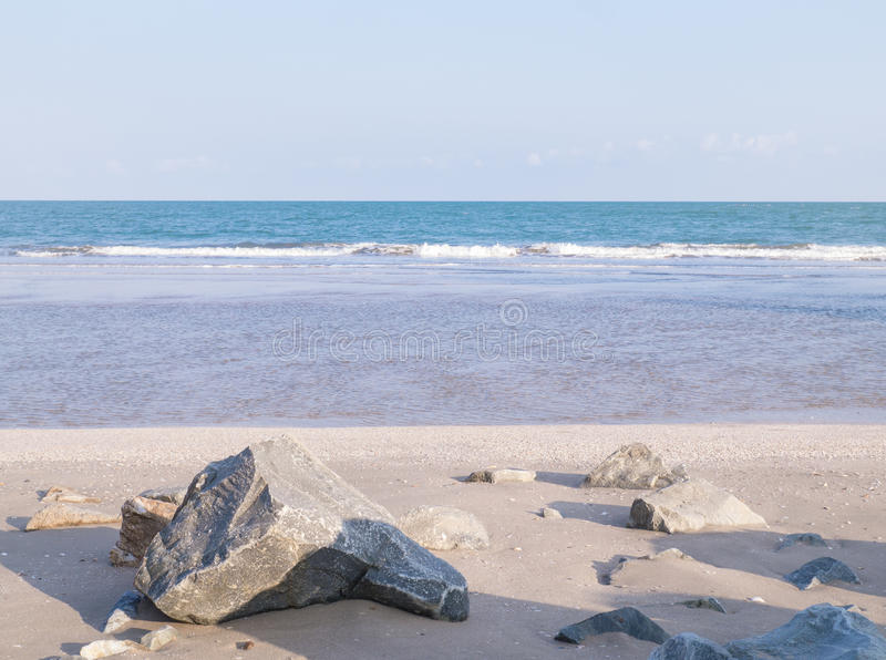 Encalhe com as rochas na praia de Pranburi, Tailândia imagem de stock royalty free