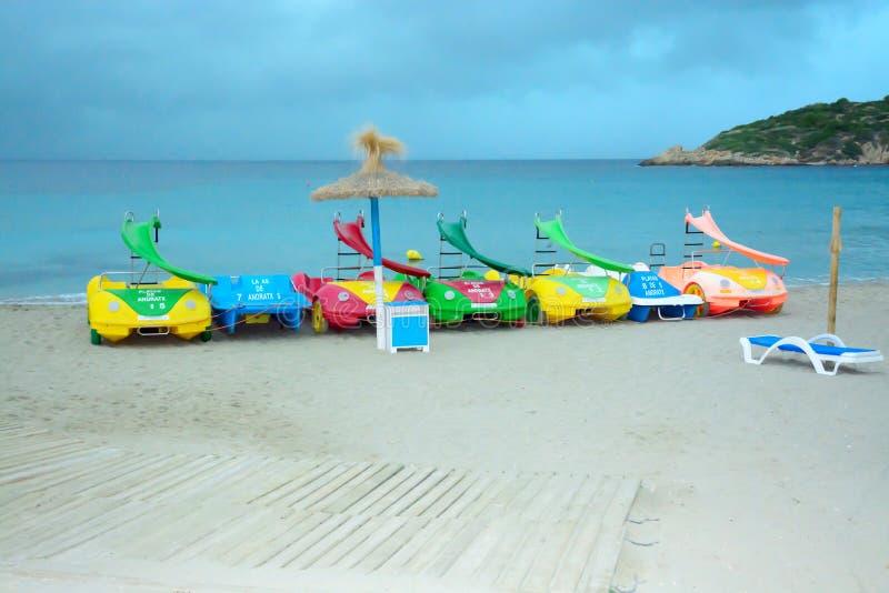 Encalhe com os veículos da água do brinquedo no olmo de Sant fotografia de stock royalty free