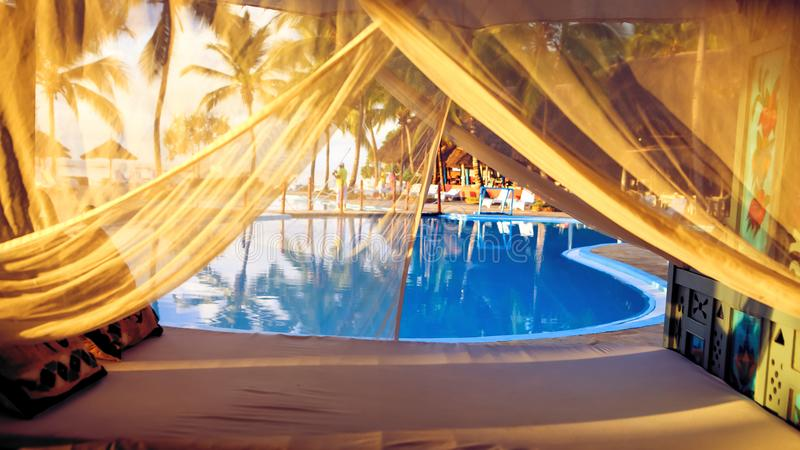 Encalhe com vadios do sol e um lugar para o resto no por do sol Um beauti imagens de stock royalty free